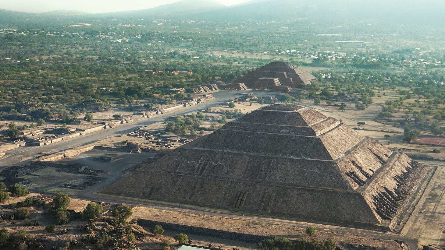 Hunter Drohojowska-Philp says that City and Cosmos offers a sense of both at the ancient pyramids of Mexico.
