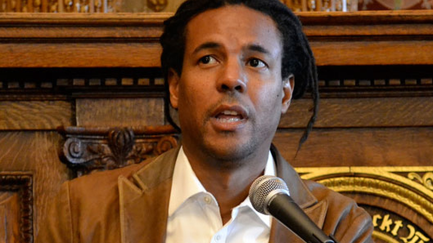 Colson Whitehead's new great American novel depicts a real underground railroad that transports a fugitive slave to stops that defy time and history, highlighting the daily struggles of black people, past and present.