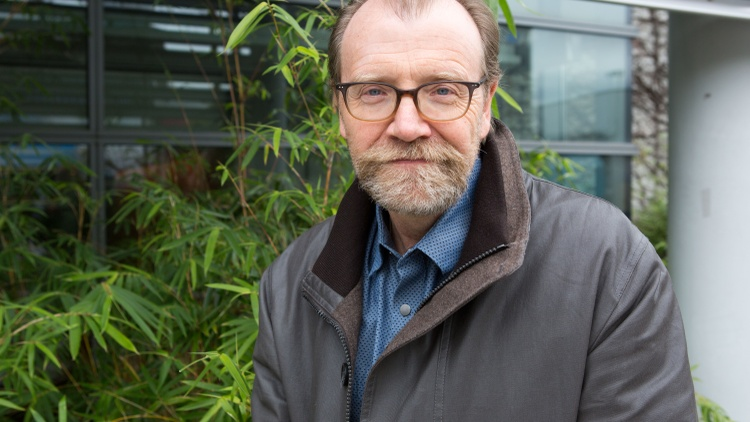 Known for the outrageous comedy of his acclaimed short stories, George Saunders says that daring to write this novel about grief, loss and the journey of the soul was like jumping off…