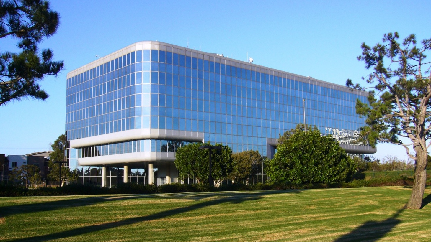 Designed by Cesar Pelli and Anthony Lumsden of DMJM, the 1972 Federal Aviation Administration Building (FAA) in Hawthorne was the first Southern California building to have a mirrored skin.