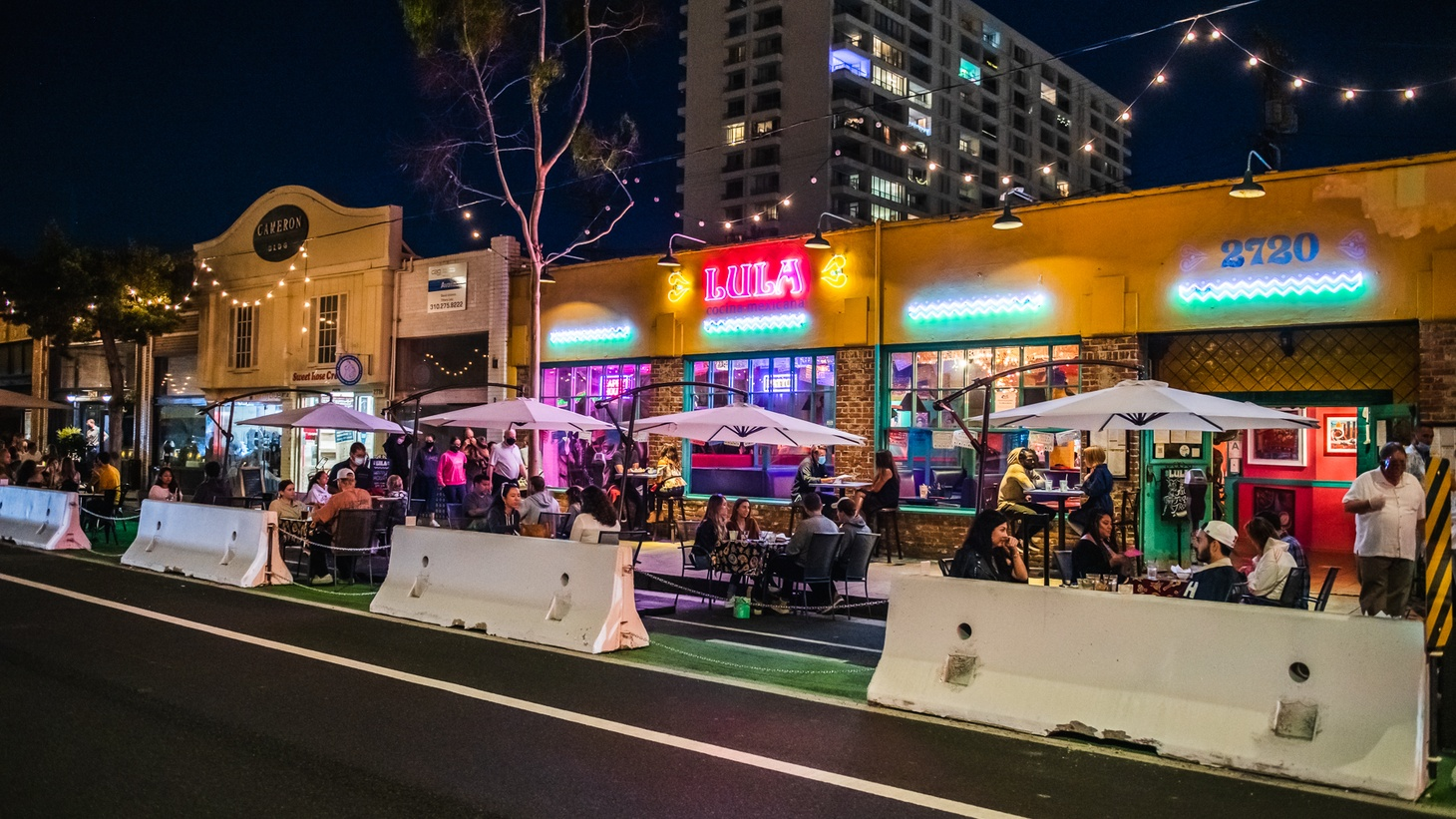 Main Street restaurants such as Lula can now put diners in the parking lane. The City of Santa Monica installed the heavy concrete barriers, known as K-rails.