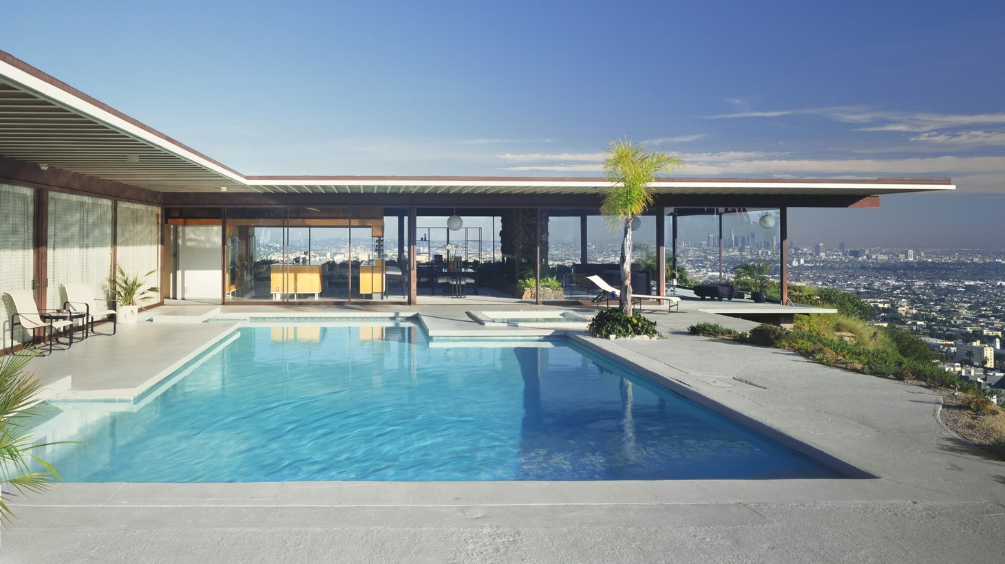 The iconic Stahl House has one of the most celebrated modern pools in Los Angeles. Designed by architect Pierre Koenig in 1960, it is known as Case Study House 22.