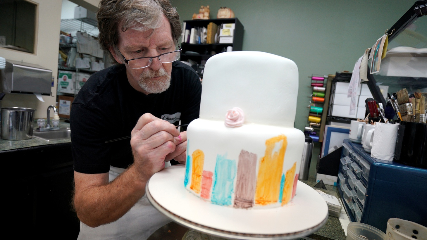 Baker Jack Phillips decorates a cake in his Masterpiece Cakeshop in Lakewood, Colorado, September 21, 2017 Photo by Rick Wilking/Reuters 