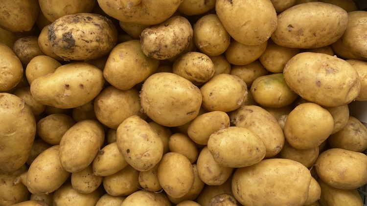 Market correspondent Gillian Ferguson is joined by Chef Debb Michail who is cooking up the Persian dishes she grew up with. Michail is shopping for new potatoes for a salad olivieh.
