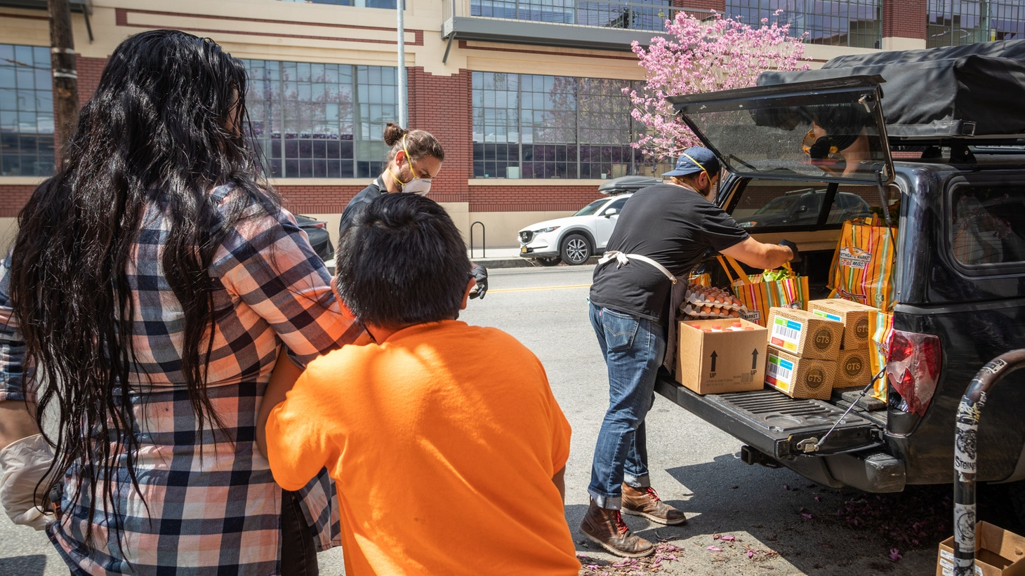 Othón Nolasco and Damian Diaz are the men behind No Us Without You, which fed 10 families on their first day. Nine months later the organization is feeding 1400 families a week.