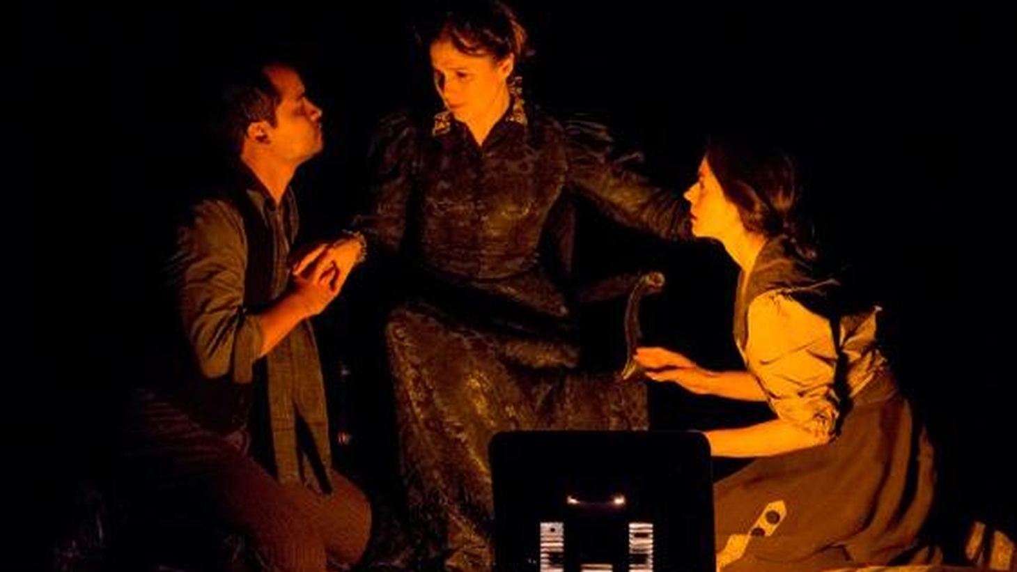 The genius of Neva, written and directed by Chilean Guillermo Calderón, is it captures not only Chekhov's gift for theater but also what's happening outside the theater.