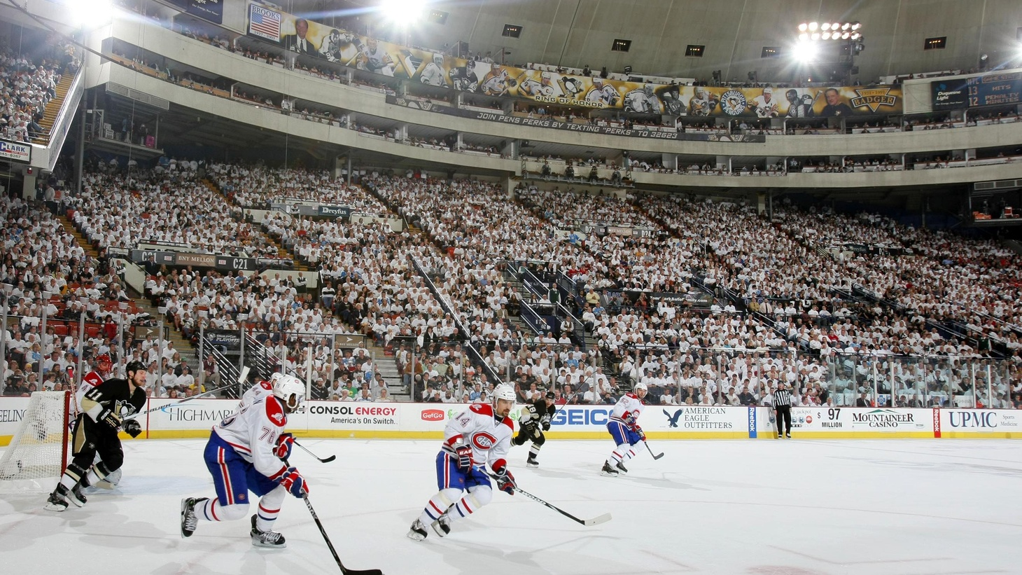 Two mirror clichés, bandied about for so long now that we say them in automatic drone tones that really don't have any truth behind them any more. The two clichés? Americans hate hockey. And….Americans hate soccer.