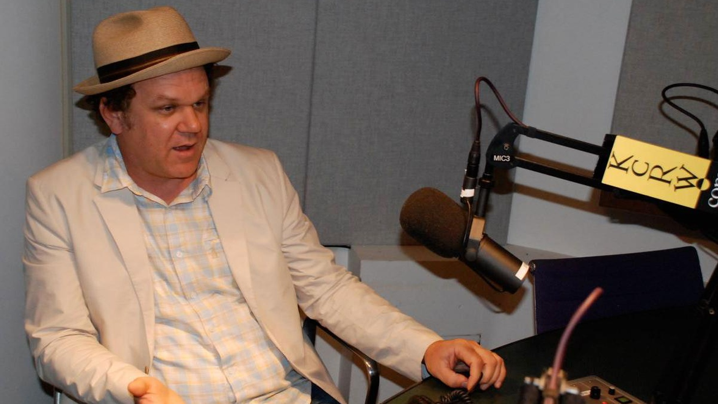 Elvis hosts actor John C. Reilly (Magnolia, Boogie Nights, Criminal) to talk about his latest feature, Cyrus, directed by Mark and Jay Duplass, in which he plays the lead role, along side Jonah Hill, Marisa Tomei and Catherine Keener.