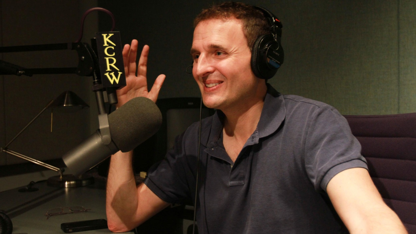 Elvis hosts writer, producer, director and creator of Everybody Loves Raymond, Phil Rosenthal, to talk about his latest production, Exporting Raymond.