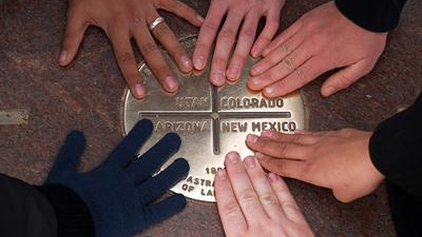 There's a tourist monument called Four Corners, where Arizona,Colorado, Utah and New Mexico meet. In this episode, we try to tell thestory of life in America through portraits of life on four differentcorners, in four different states across the nation.