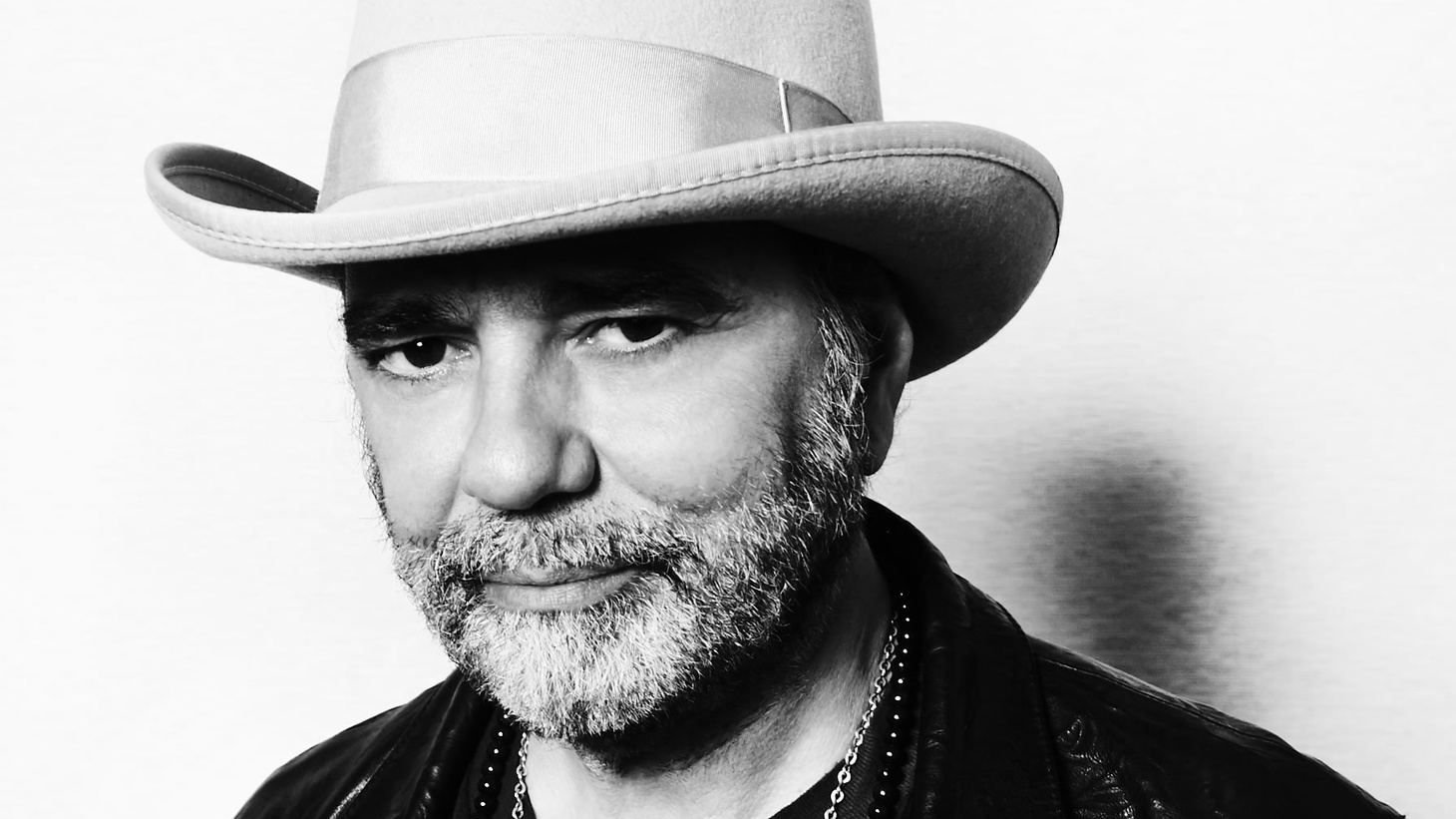 Legendary producer of U2, Peter Gabriel & Bob Dylan, as well as an acclaimed singer/songwriter in his own right, Daniel Lanois returns with a unique ambient album, inspired by his work with Brian Eno.