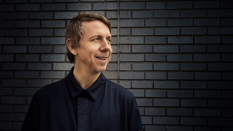 BBC radio DJ Gilles Peterson, one of the most influential taste makers in the world, is the ultimate collector whose enthusiasm for the obscure is... (Airs 10:15)