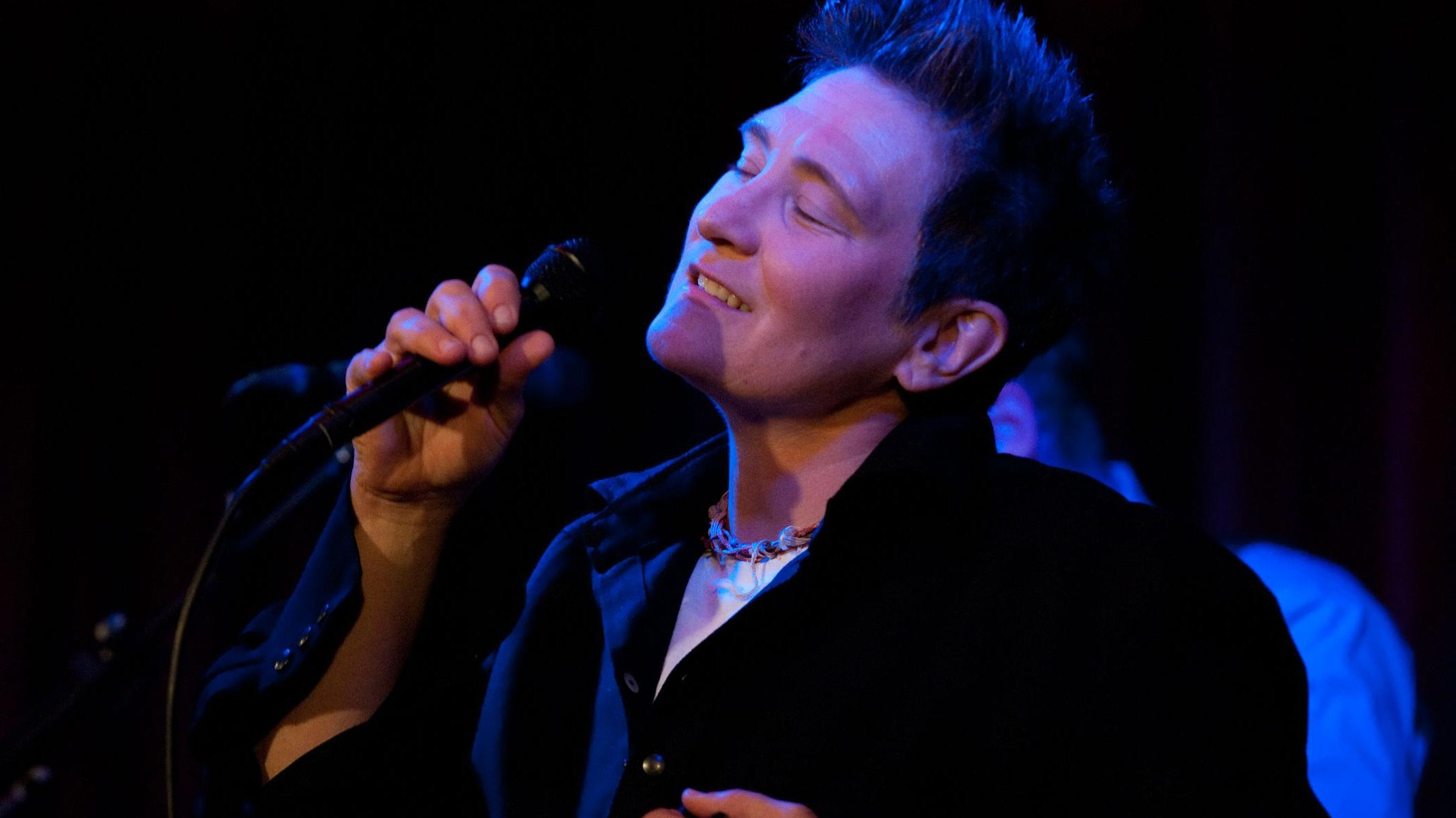 Canadian chanteuse k.d. lang and her band showcase songs from the record Sing it Loud at Apogee Studio.