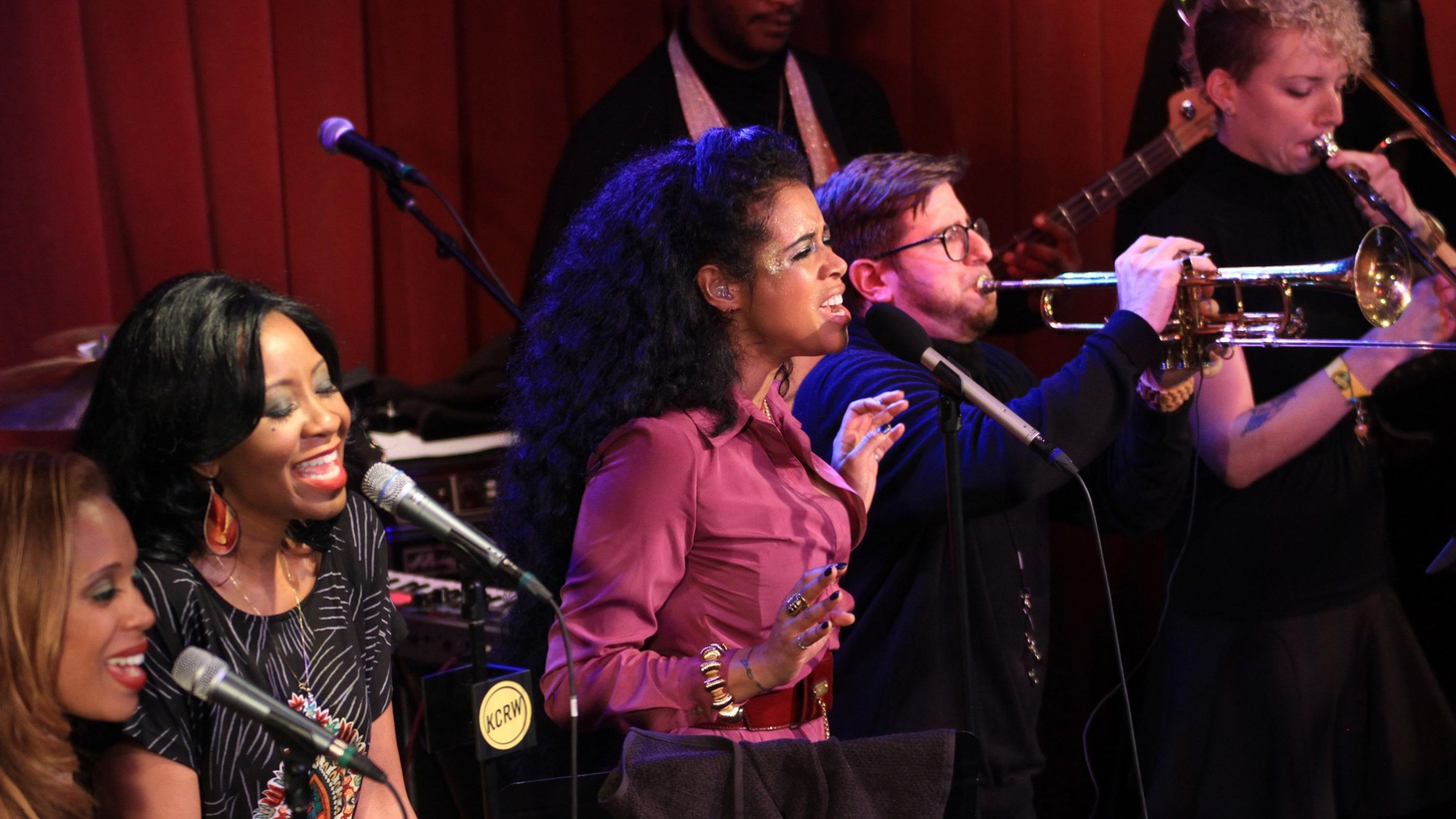 Kelis cooked up a spicy funky mix when she performed in the intimate setting of Apogee Studio recently.