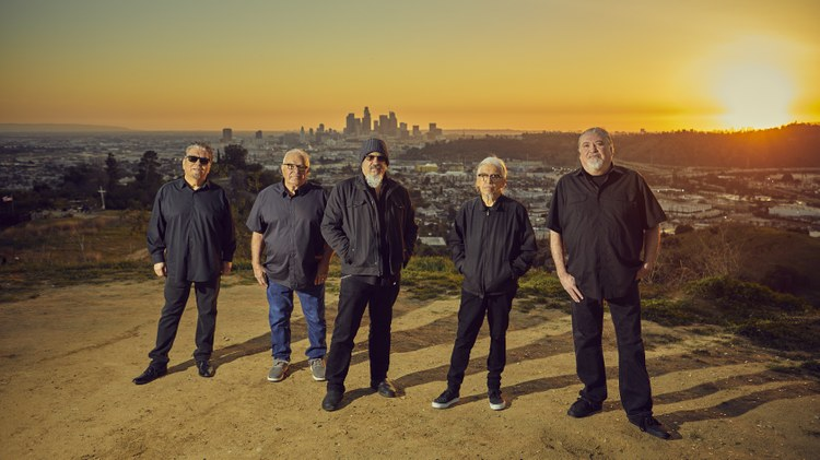 There are fewer sweet ways to welcome back summer in LA than the return city's own fine purveyors of rock, Los Lobos .