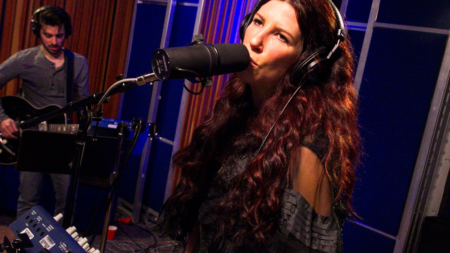 Shana Halligan and her sultry vocal stylings guided the jazzy trip hop duo Bitter:Sweet to success in the mid-2000's. She returns to our studio for a live session around her very personal sophomore solo album, Back to Me.