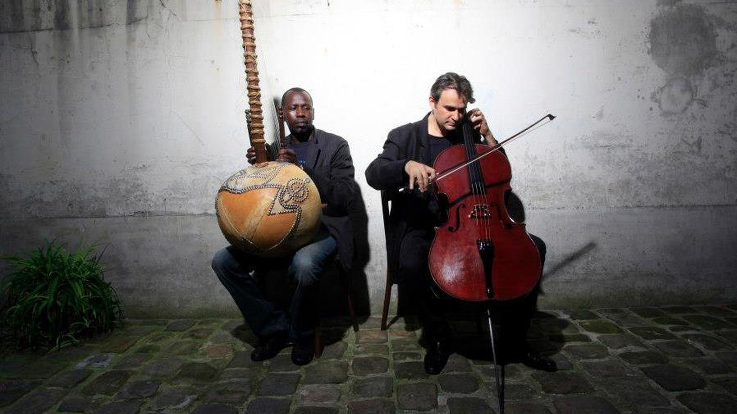 The pairing of the musical instruments the kora and the cello offer a magical sound in the hands of Ballaké Sissoke and Vincent Segal.