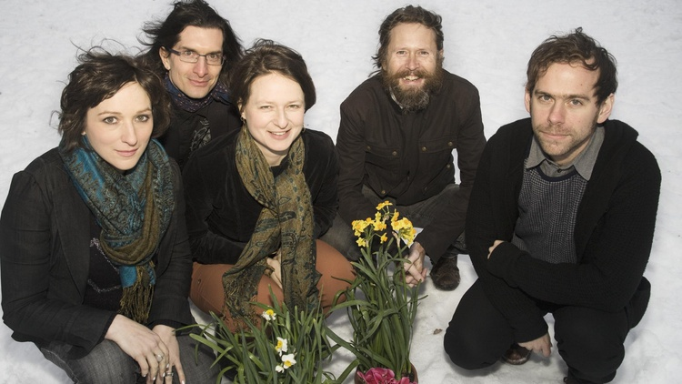 The music created by the avant-garde chamber ensemble Clogs paves the way for a cinematic journey.