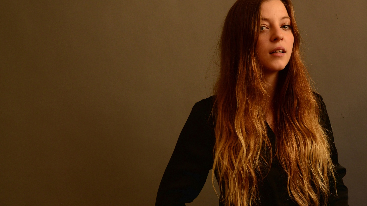 Jade Bird is an emerging teenage British singer who, while growing up, looked to strong female role models, including her mother, then became captivated by iconic songwriters like Patti Smith and Loretta Lynn.