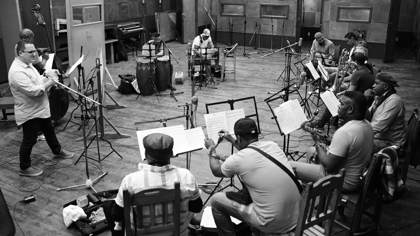 When Daptone Records decided to record their first Spanish language album, they went to Cuba where they set up a 16-piece orchestra featuring some of Havana's finest musicians. Orquesta Akokán evokes the sound of classical big bands like Perez…
