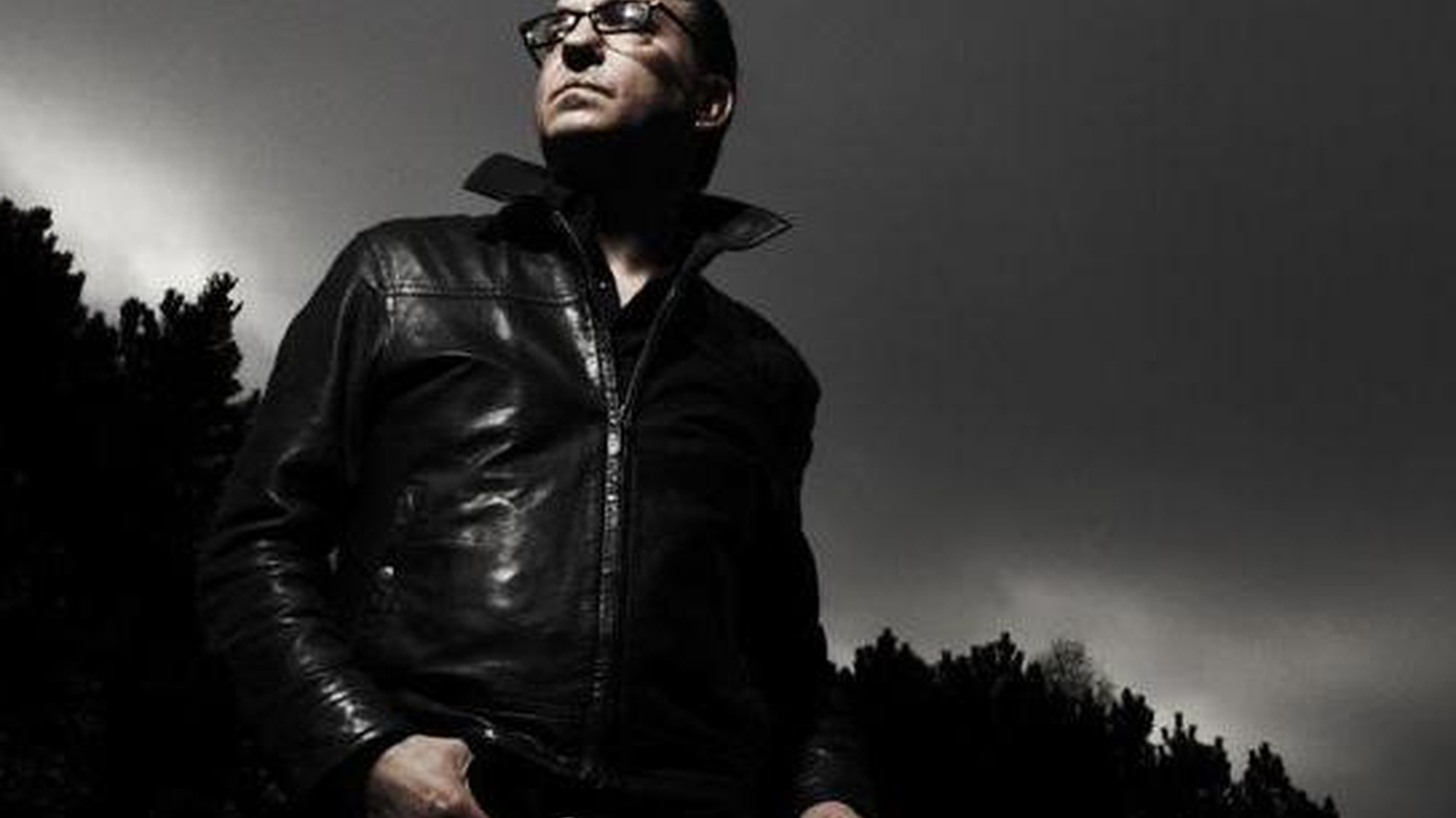 Armed with an electric guitar, Richard Hawley sets his sights on a hypnotic and psychedelic sound for his seventh album as his distinctive vocals sit front and center.