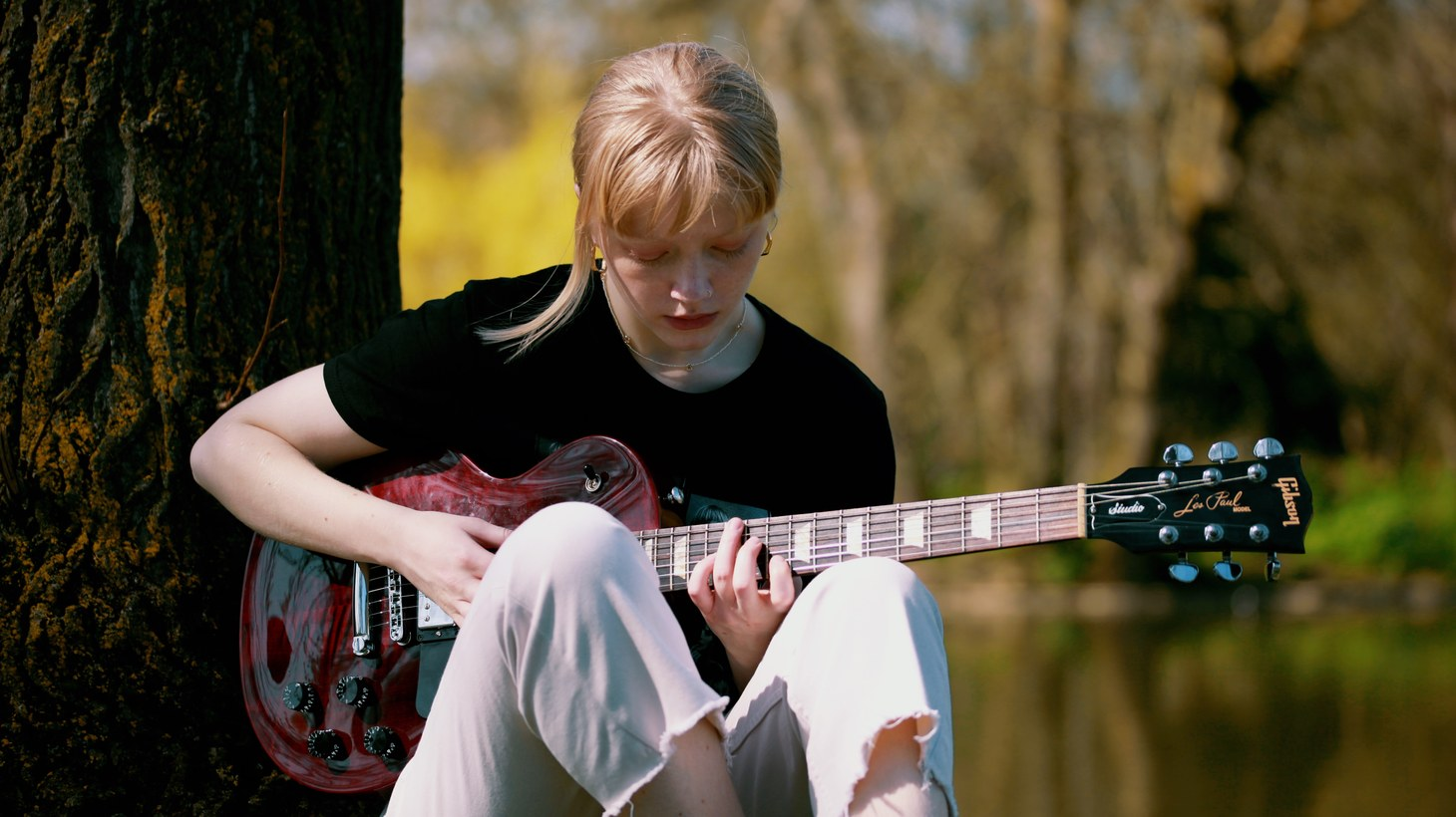 """Rosie Frater-Taylor is a 21-year-old singer, songwriter, and exceptional guitarist from the U.K. Her latest song is """"Better Days,"""" which not only showcases her talent as a singer with jazz flourishes, but floors us with her virtuoso guitar work."""