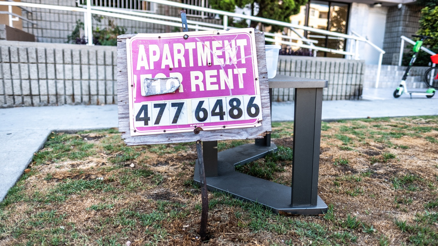 Apartment for rent sign in Santa Monica.