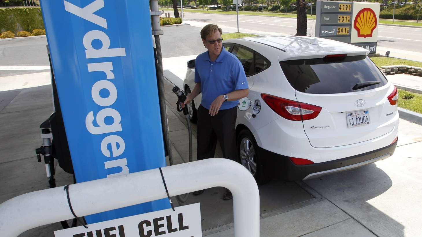 A Hyundai Tucson hydrogen fuel cell electric vehicle is filled at the pump by Derek Joyce in Newport Beach, California June 9, 2014.