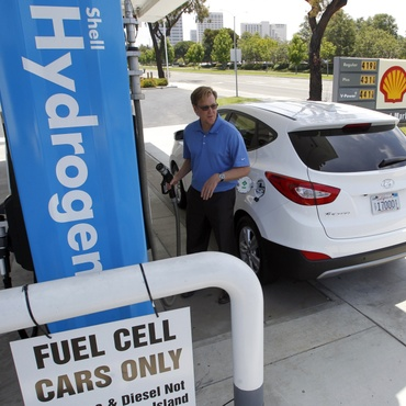 With California banning the sale of new gas cars starting in 2035, drivers will have to seek alternatives. The two main options are electric vehicles (EVs) and hydrogen fuel cell cars.