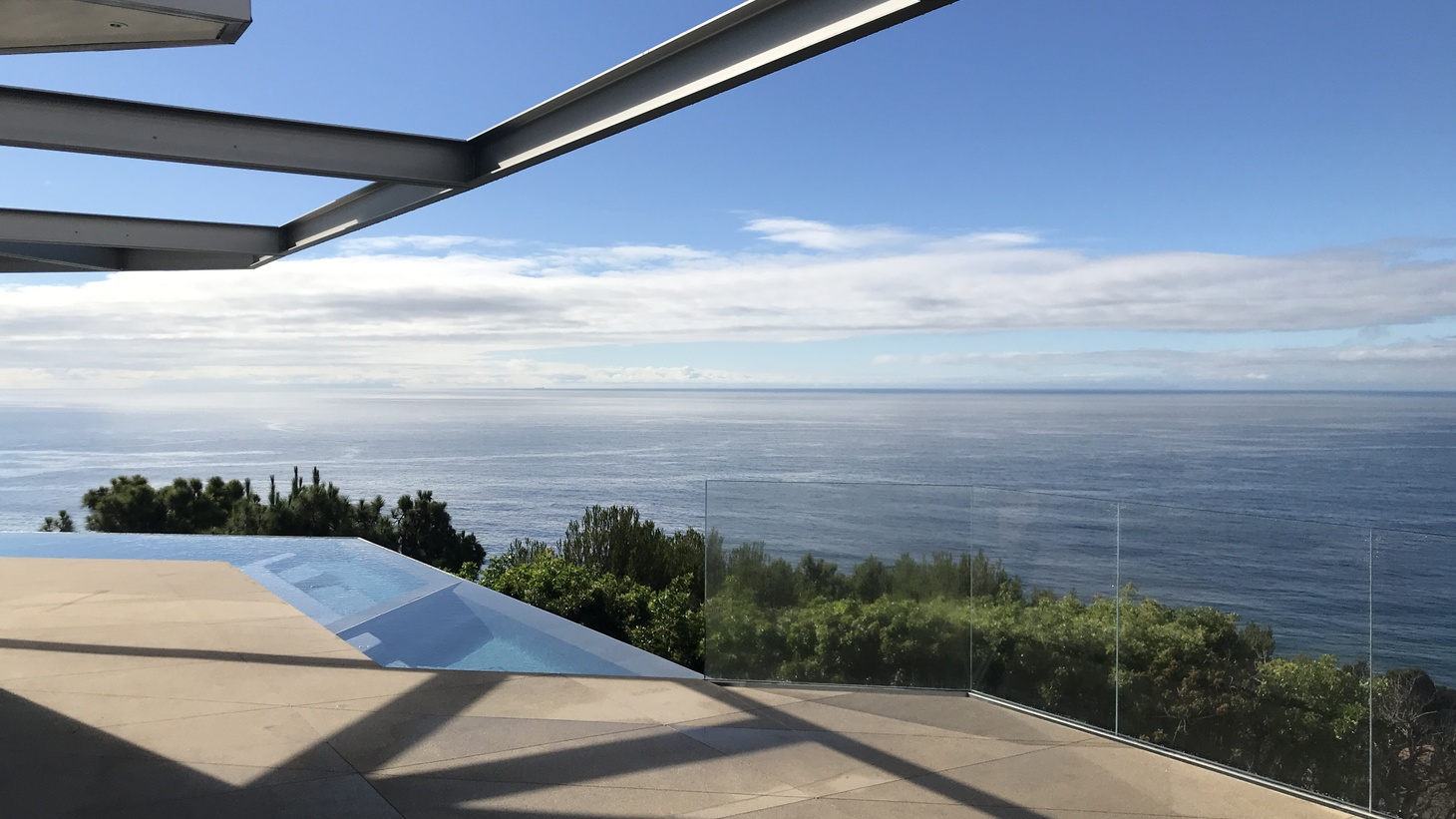 Horizon House, designed by Geoffrey von Oeyen, completed in 2018, follows the line of the hill crest with chamfered overhang, infinity pool and stunning view.