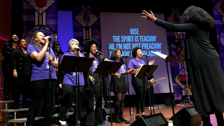 On a recent Sunday, a couple hundred people raised their hands at a worship service at Scripps College, where the choir forewent traditional hymnals to sing Beyonce's chart-topping…