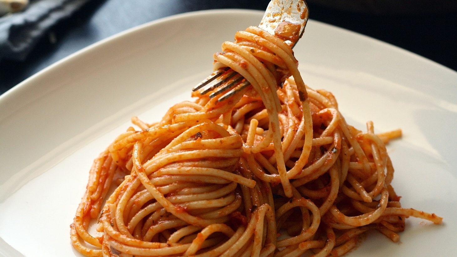 To make tomato sauce, use extra virgin olive oil, fresh tomatoes, garlic and salt.
