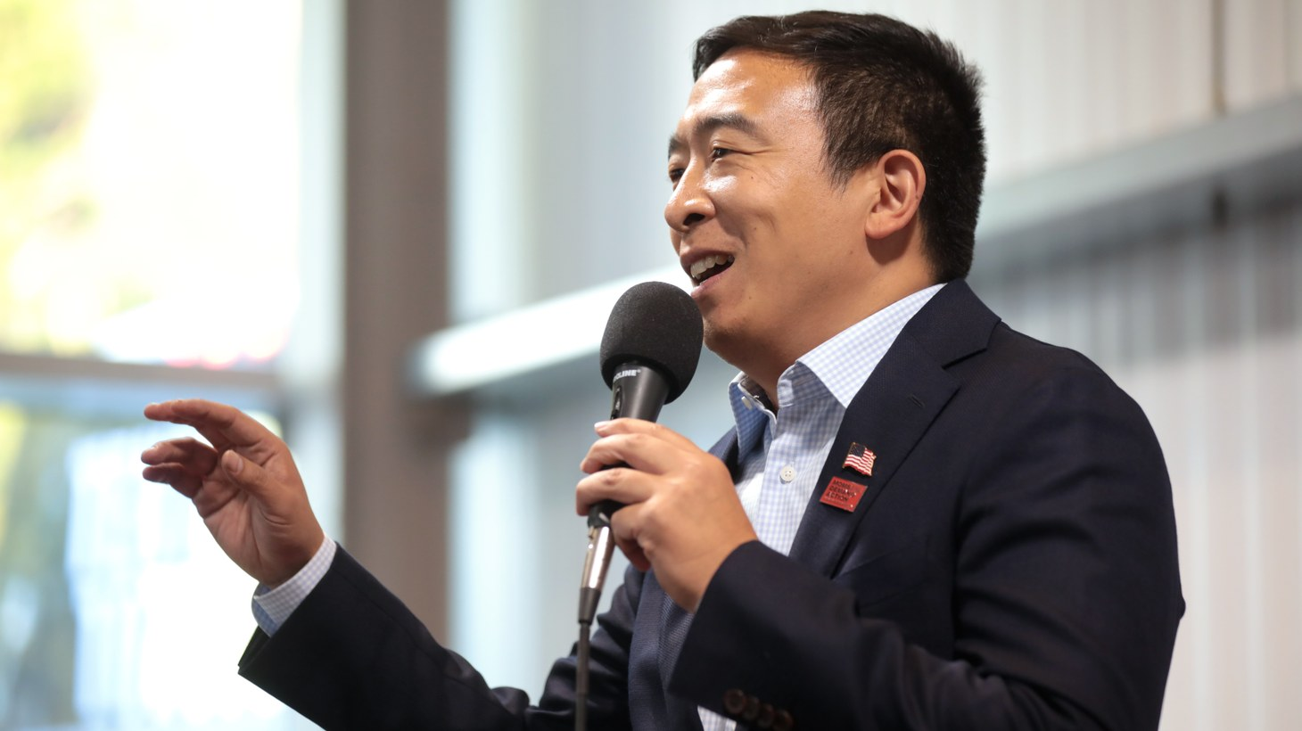 Andrew Yang speaking with attendees at a fundraiser hosted by the Iowa Asian and Latino Coalition at Jasper Winery in Des Moines, Iowa, August 2019.