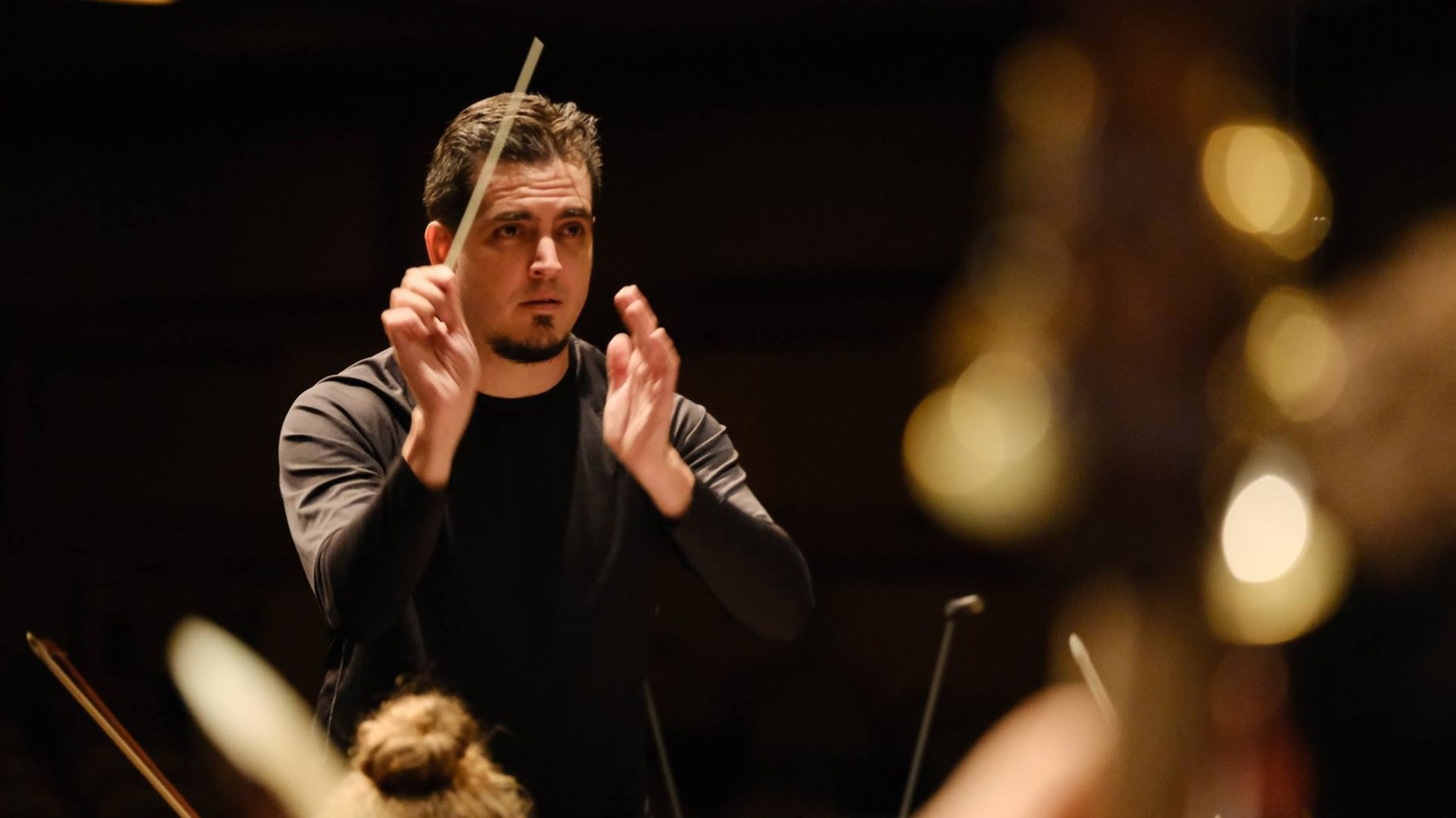 Carlos Izcaray conducts a rehearsal in 2018.