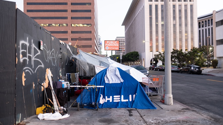 In a vote 12-2 on Wednesday, the LA City Council agreed to allow homeless sweeps in three districts — two in the Valley and one that stretches from Watts down to the interstate to San…
