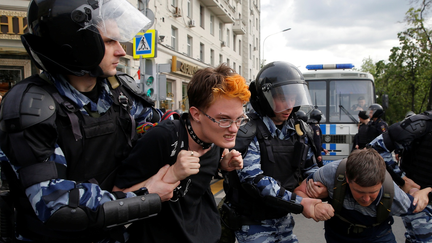 Riot police detain demonstrators during an anti-corruption protest organised by opposition leader Alexei Navalny, on Tverskaya Street in central Moscow, Russia, June 12, 2017 Photo by Maxim Shemetov/Reuters 